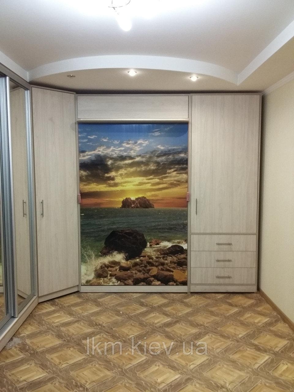 Шкаф-кровать с изображением на фасаде